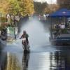 Robbie Maddison rijdt over water door Den Haag.