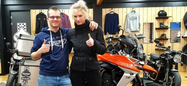 Stefanie van SX rijdt met motor voor De Warmste Week