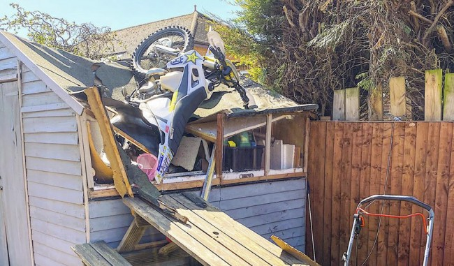 Video: Graham Jarvis kom van dat dak af!