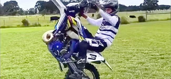 VIDEO: leuke skills op een crossmotor!
