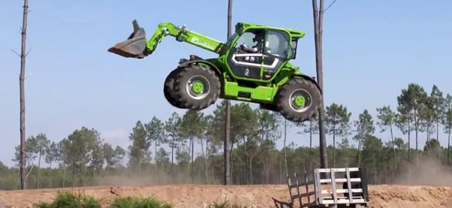 VIDEO: Bud Racing stunt met graafmachine!