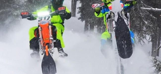 VIDEO: crossen in de sneeuw met aangepaste motoren