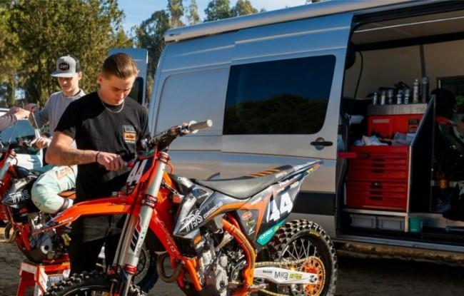 Niels van der Duijn als monteur bij TBS-KTM