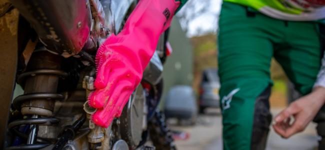 Handschoenen om de minder toegankelijke delen van uw crossmotor te reinigen